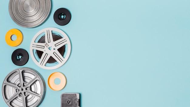 Diferentes tipos de cajas de rollos de película sobre fondo azul.