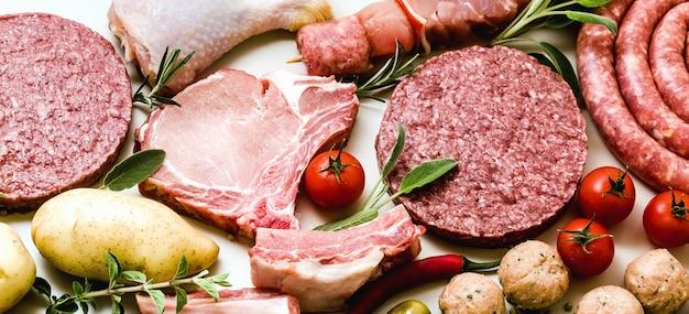 Diferentes tipos de carne cruda y verduras.