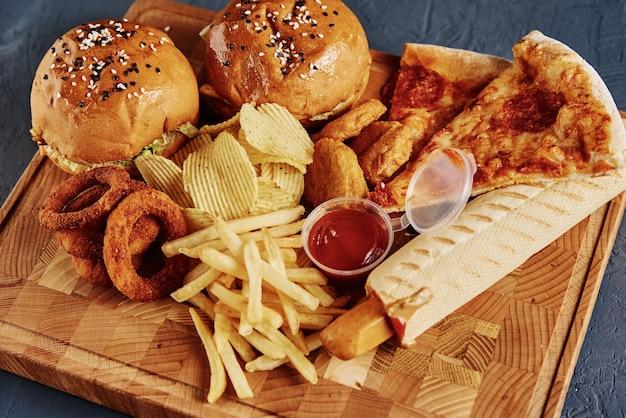 Diferentes tipos de comida rápida en la mesa.