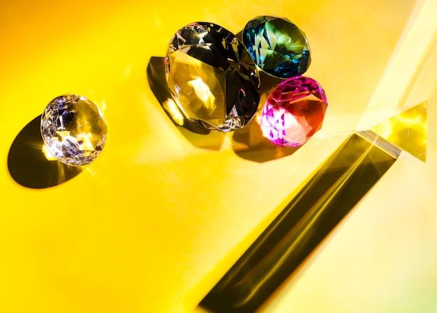 Diferentes tipos de diamantes sobre fondo amarillo.