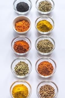 Diferentes tipos de especias y hierbas.