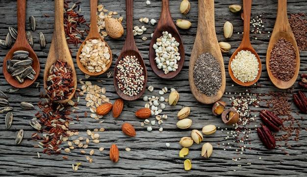 Diferentes tipos de granos y cereales sobre fondo de madera en mal estado