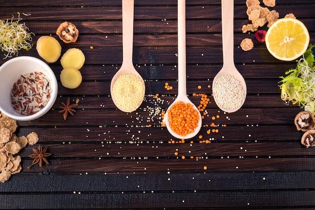 Diferentes tipos de granos en cucharas con arroz.