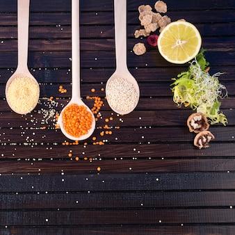 Diferentes tipos de granos en cucharas.