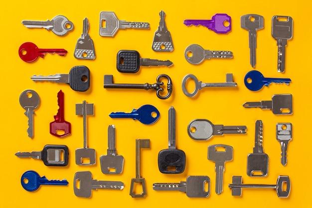Diferentes tipos de llaves para duplicar colocadas en orden, vista superior