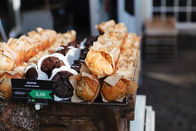 Diferentes tipos de muffins horneados en la bandeja.
