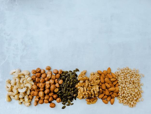 Diferentes tipos de nueces. anacardo, avellana, almendra, nuez, cedro