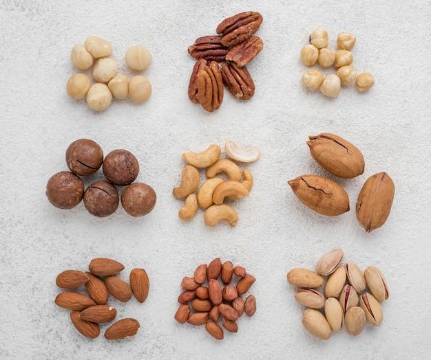 Diferentes tipos de nueces en pilas.
