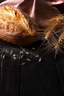 Diferentes tipos de pan con cereales aislados.