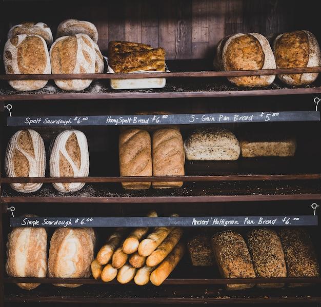 Diferentes tipos de pan en los estantes de la panadería.