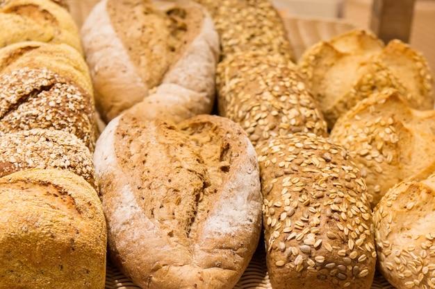 Diferentes tipos de pan en los estantes.