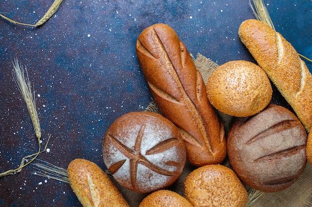 Diferentes tipos de pan fresco.