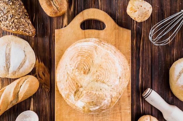 Diferentes tipos de panes en la mesa de madera