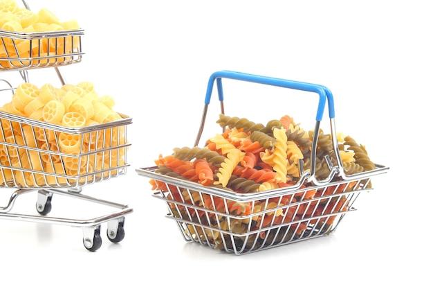 Diferentes tipos de pasta italiana en una cesta de la compra del mercado sobre un fondo blanco. productos de harina y alimentos en la cocina
