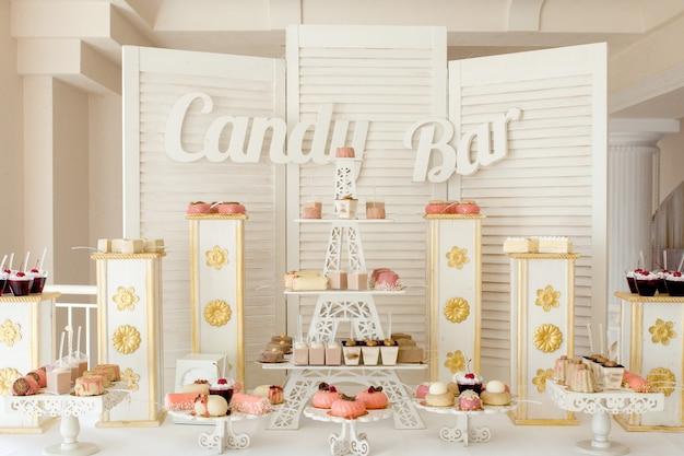 Diferentes tipos de pasteles dulces y otros postres en el buffet dulce.