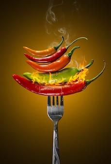 Diferentes tipos de pimienta en un tenedor.