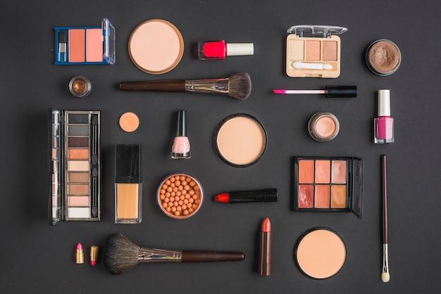 Diferentes tipos de productos de maquillaje en el fondo negro