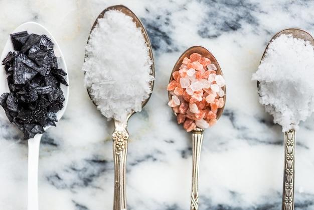 Diferentes tipos de sales en cucharas