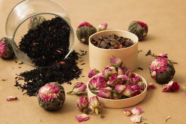 Diferentes tipos de té derramado