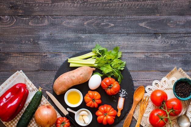 Diferentes tipos de verduras, en una vieja mesa de madera, espacio para texto.