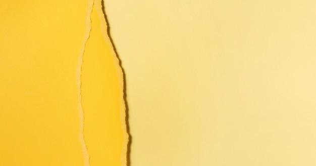 Diferentes tonos de papel amarillo rasgado.