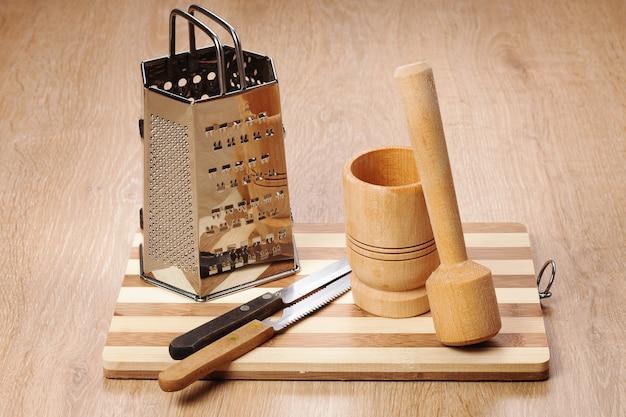 Diferentes utensilios de cocina de madera con cuchillo.