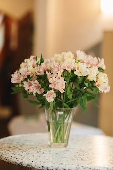 Diferentes variedades de flores frescas de primavera en la sala de refrigerador para flores.