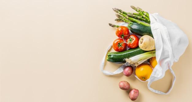 Diferentes vegetales en bolsa textil en color beige.