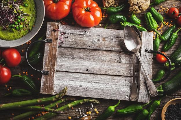 Diferentes vegetales sobre fondo de madera.