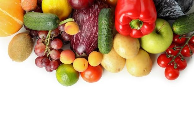 Diferentes verduras y frutas aisladas sobre fondo blanco.