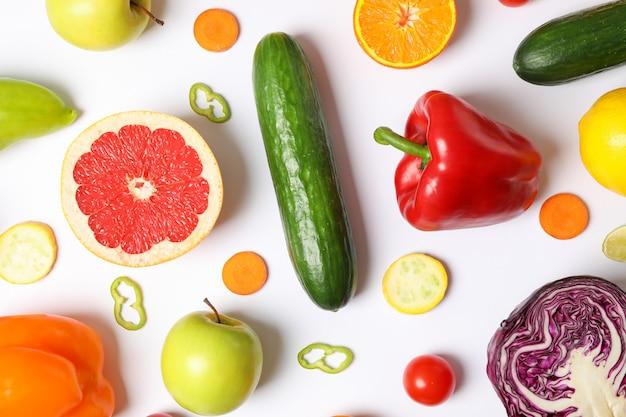 Diferentes verduras y frutas en blanco, vista superior