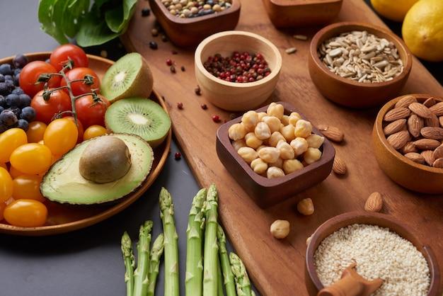 Diferentes verduras y frutos secos en la mesa. vista superior plana.