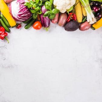 Diferentes verduras maduras crudas