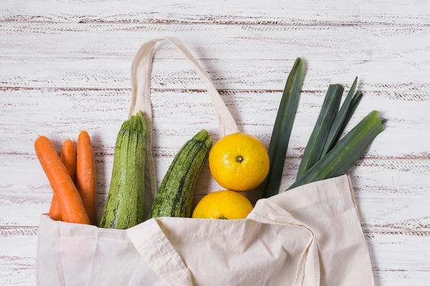 Diferentes verduras sobre fondo de madera