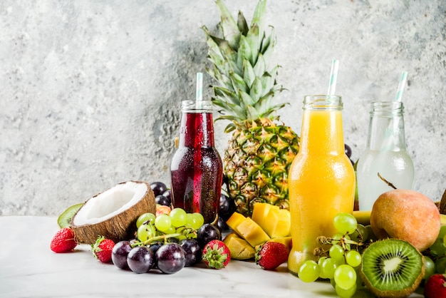 Diferentes zumos y batidos de frutas.