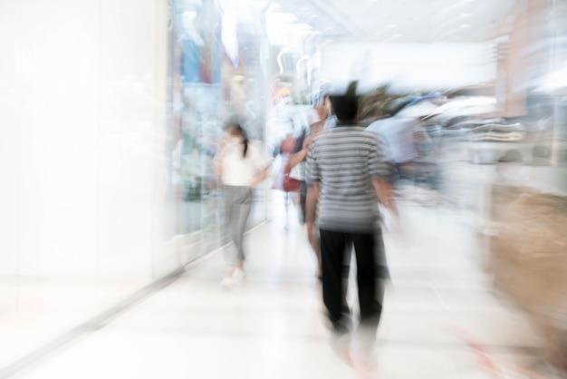 Difuminar a la gente en el centro comercial de lujo hermoso centro