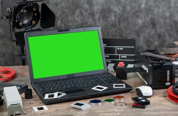 Digitalización de diapositivas de película antiguas de 35 mm con laptop