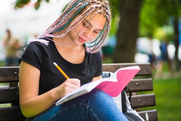 Diligente estudiante trabajando en la tarea