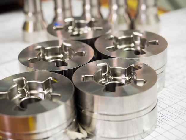 Dimensión de inspección del operador de piezas de torneado cnc