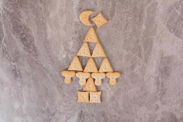Diminutas galletas sabrosas en la mesa de mármol
