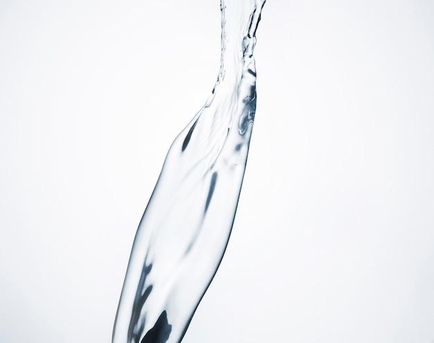 Dinámica del agua de primer plano sobre fondo blanco