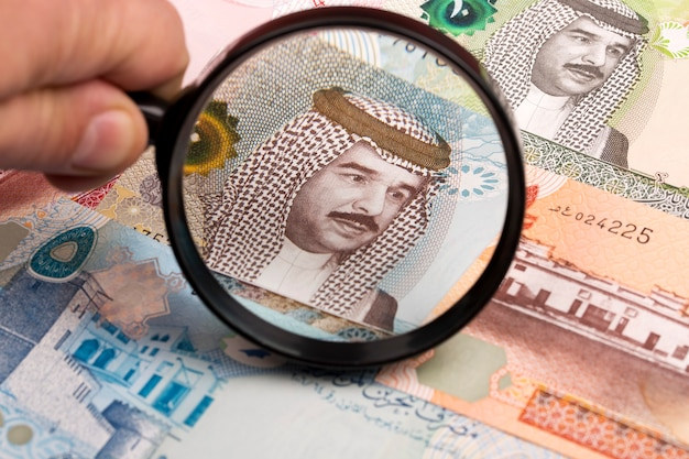 Dinar bahreiní en una lupa