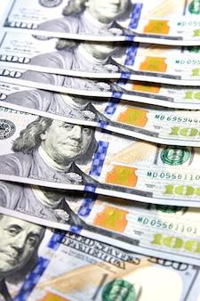 Dinero americano. nuevo diseño dólar estadounidense como fondo. vista superior. pieza de efectivo en dólares. enfoque selectivo