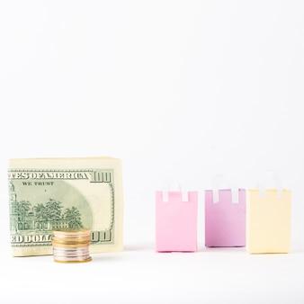 Dinero con bolsas de compras en la mesa