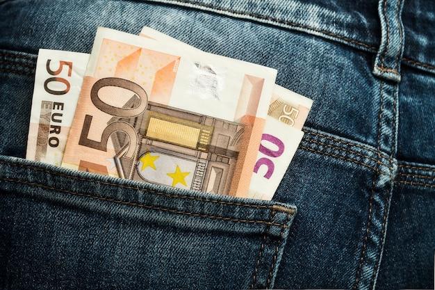 Dinero en el bolsillo de los jeans