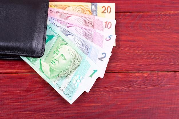 Dinero de brasil en un fondo de madera