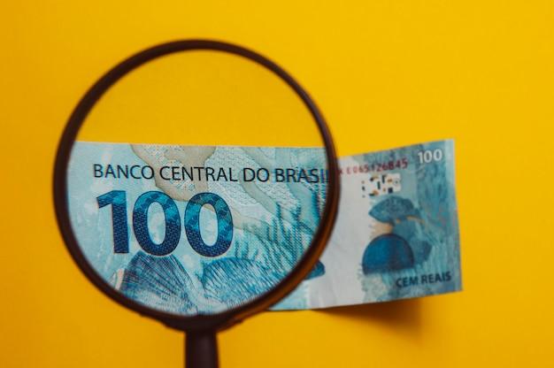 Dinero brasileño visto a través de una lupa