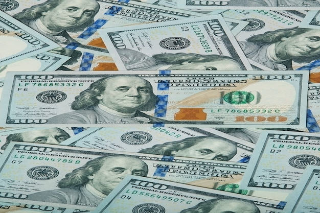 Dinero cayendo. concepto de ahorro empresarial