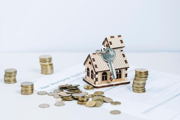 Dinero cerca de llave y casa