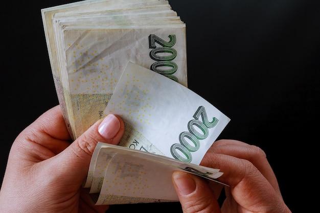 Dinero checo sobre un fondo negro. billetes de 2000.